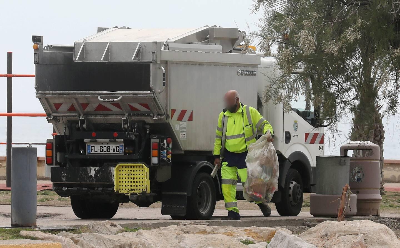 À certaines heures, les poubelles du bord de mer débordent de déchets issus du click and collect. La Ville a dû adapter ses collectes.