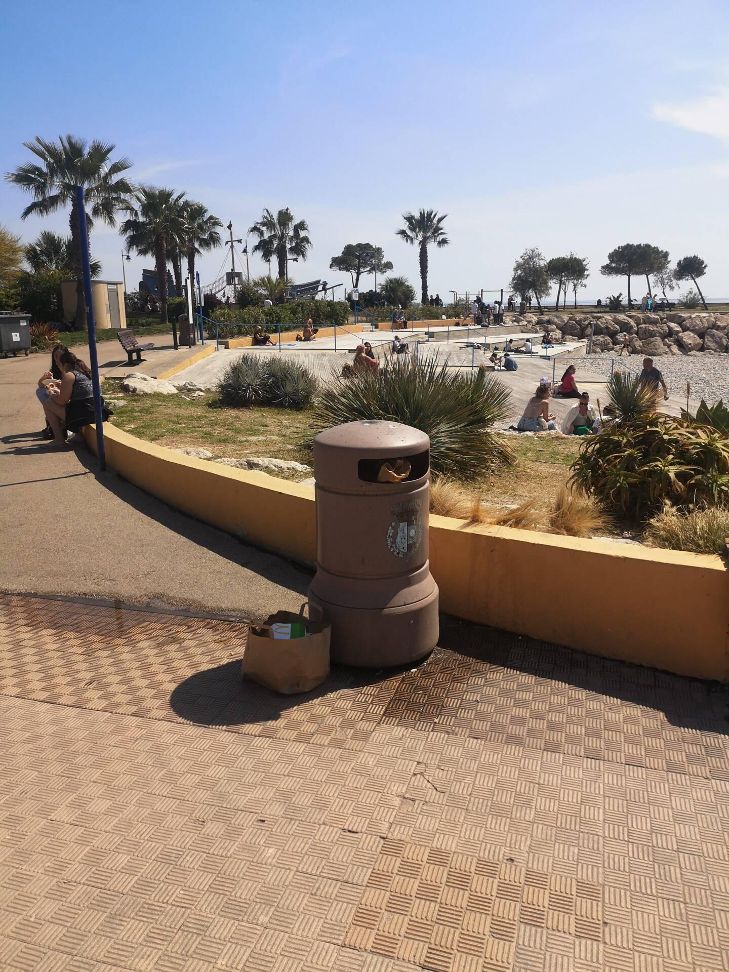 Même vidées les poubelles du bord de mer se remplissent en à peine 45 minutes, à certaines heures. (Photo DR)