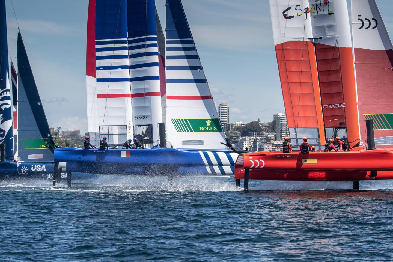 En piste, des F 50, des catamarans de sport qui disposent de foils qui les font quasiment voler sur l'eau.