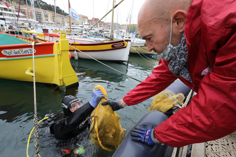 Des plongeurs sous les pointus de la panne M et les membres de La Mouette pour les encadrer et réceptionner les détritus formant une décharge sous-marine. Une opération nettoyage organisée hier.