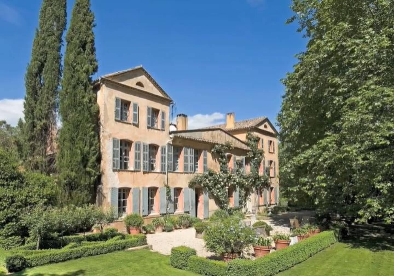 La belle demeure de quelque 900m2 est construite au milieu d'un terrain de 170 hectares.