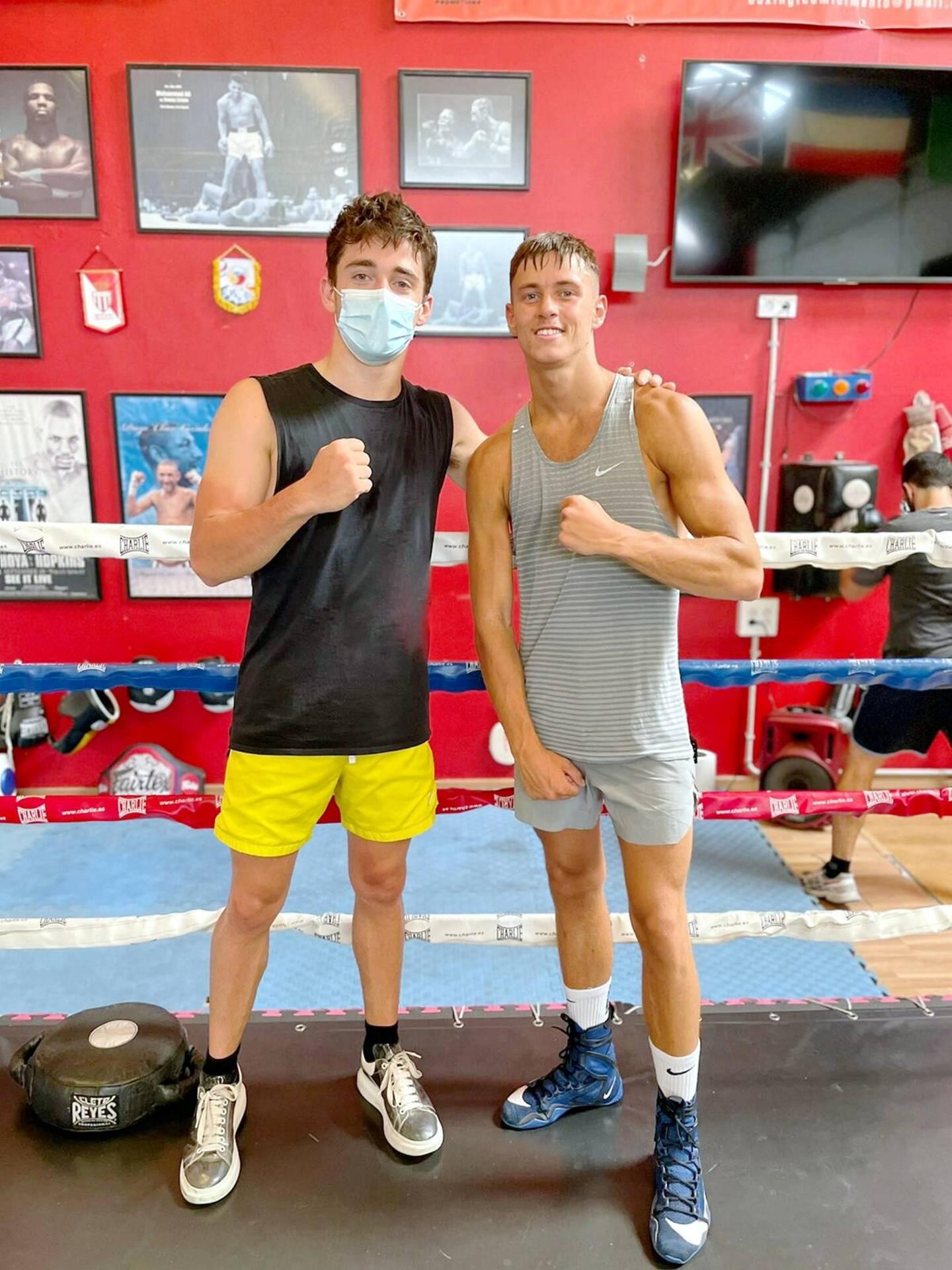 Les deux sportifs et amis d'enfance posent sur le ring de boxe.
