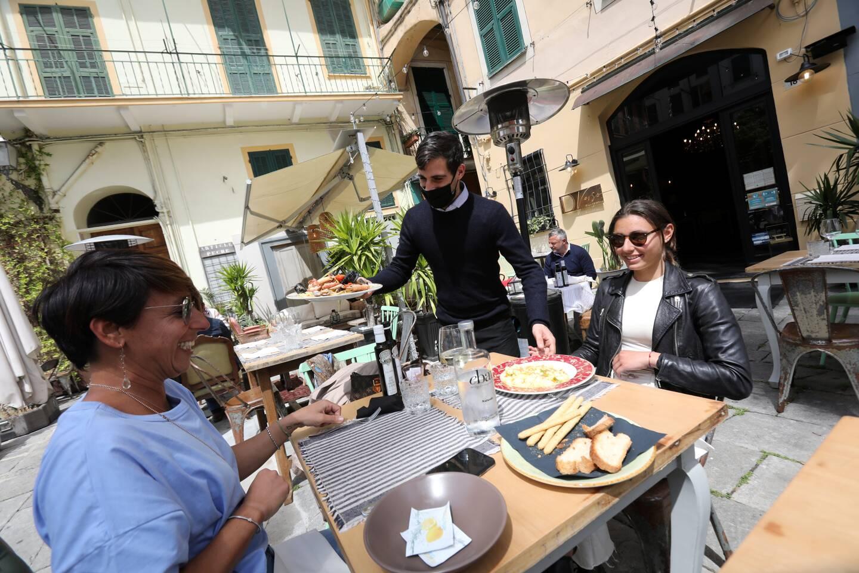 Chez Diverso, sur la plazza Bresca, Fabio retrouve le plaisir de servir Katia et sa fille Lisa.