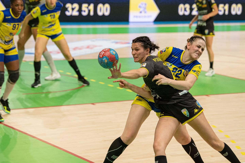 La demi-centre Lisa Poissenot et Toulon/Saint-Cyr ont réussi à refaire leur retard de six buts après une première mi-temps ratée. Les Rebelles ont même failli l'emporter. (Photo PQR/La Voix du Nord)