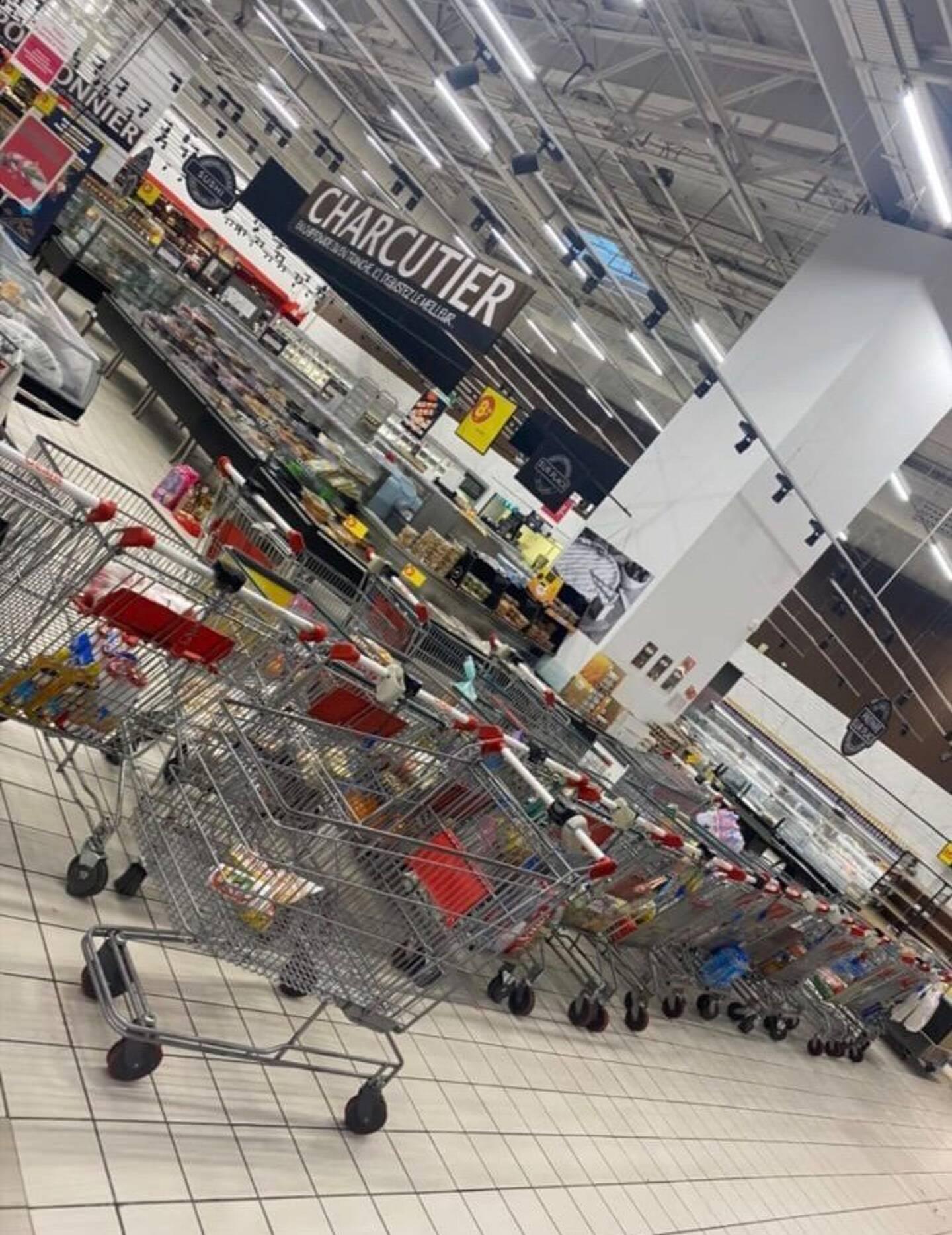 Les clients ont laissé les chariots n'importe où dans le magasin.
