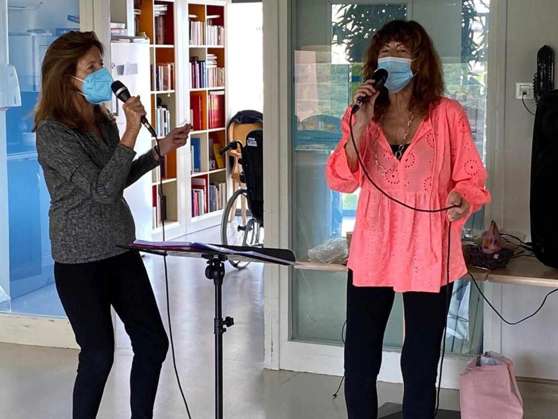 Les chanteuses se rendent bénévolement dans les maisons de retraite.