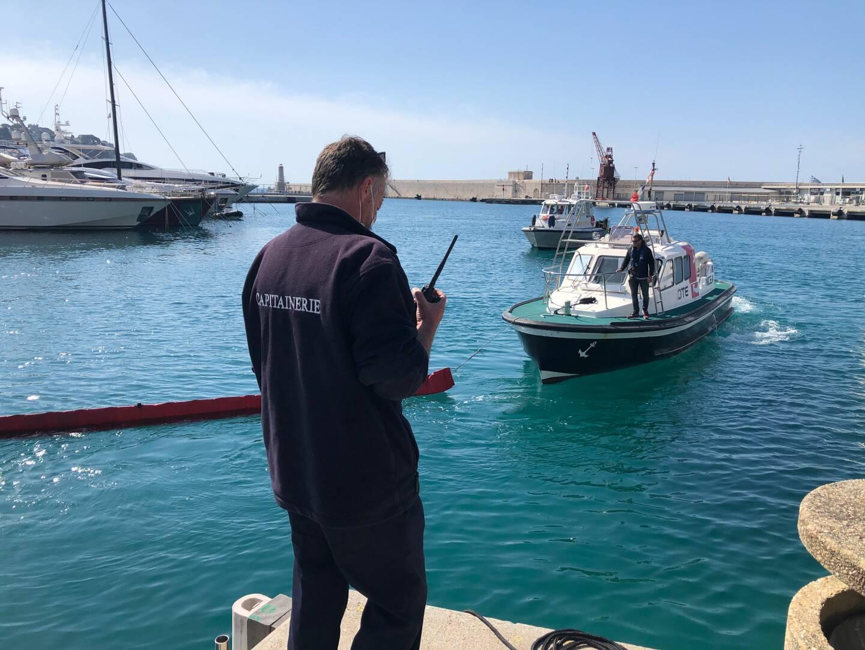 Exercice antipollution ce mardi matin sur le port de Nice.