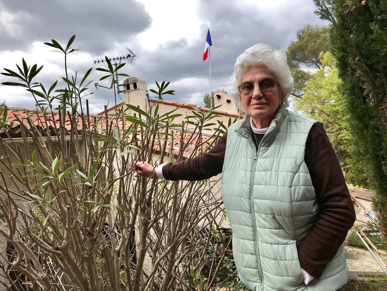 Le drapeau français est fièrement dressé sur le toit de la maison où Claudine réside désormais, chez sa fille à Mougins. Et pourtant, cette native de Nice ne peut obtenir reconnaissance de sa nationalité.