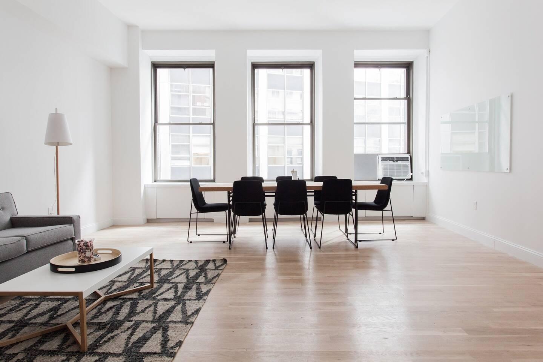 On se débarrasse des meubles les plus imposants pour libérer un maximum d'espace.