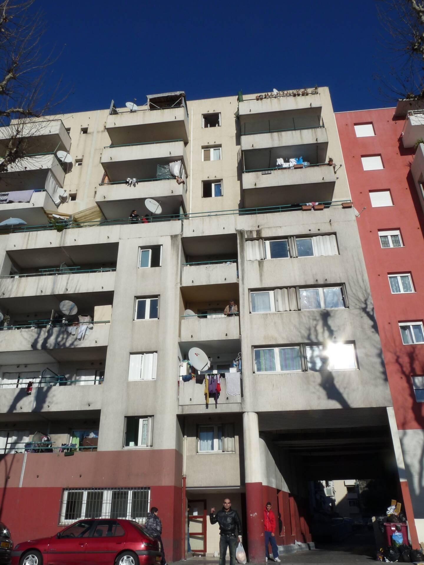 En poursuivant deux revendeurs, les policiers sont tombés dans l'appartement d'un couple qui gardait un petit stock de drogue