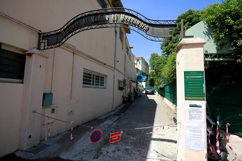 """La mosquée est actuellement désertée, puisque fermée """"pour restrictions sanitaires""""..."""