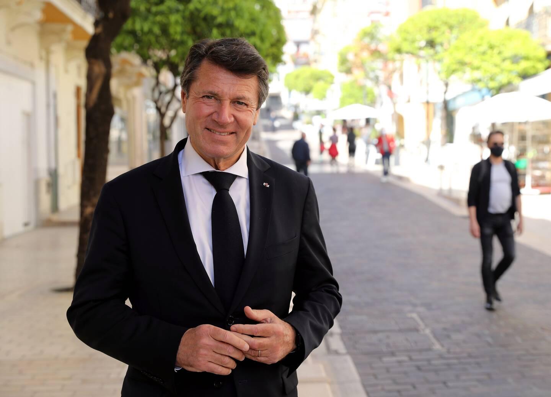 Le maire de Nice, qui a ôté son masque pour la photo, a traversé la rue Princesse Caroline pour rejoindre le salon Ever, hier. (Photo Jean-François Ottonello)