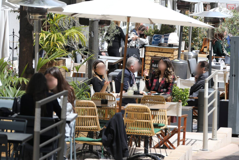 Aider les restaurateurs en réservant une table à déjeuner le jour de la réouverture des terrasses de restaurants. C'est l'appel que le maire de Cagnes a lancé à tous ses élus et à tous ses administrés. Ici une terrasse à Monaco.