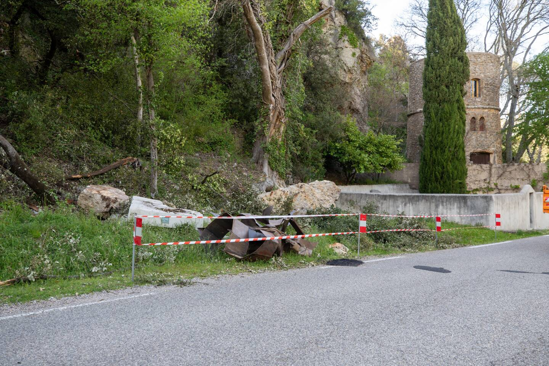 Deux blocs ont fini leur course sur le bas-côté de la route. La sculpture a été touchée de plein fouet par le troisième bloc.