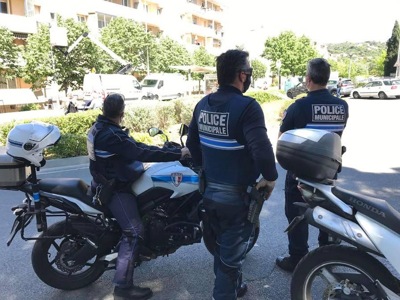 Les policiers ont continué de stationner à la Frayère, aujourd'hui.