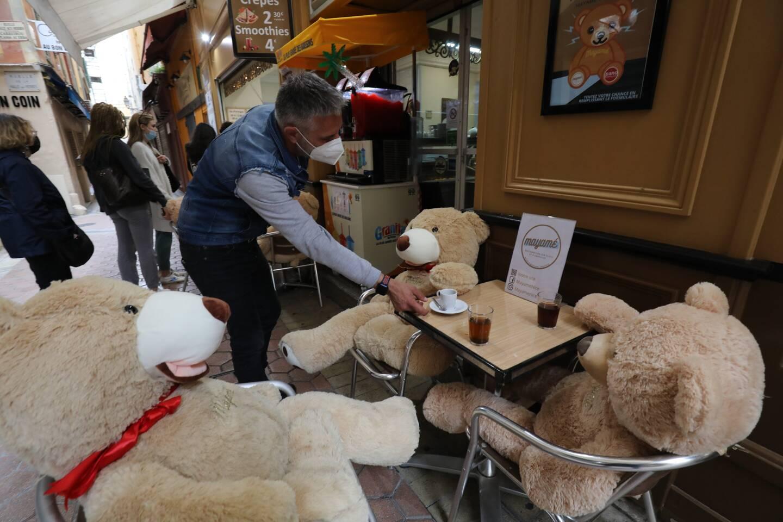 Pendant le confinement, le gérant du Mayamé avait remplacé ses clients par des ours en peluche.