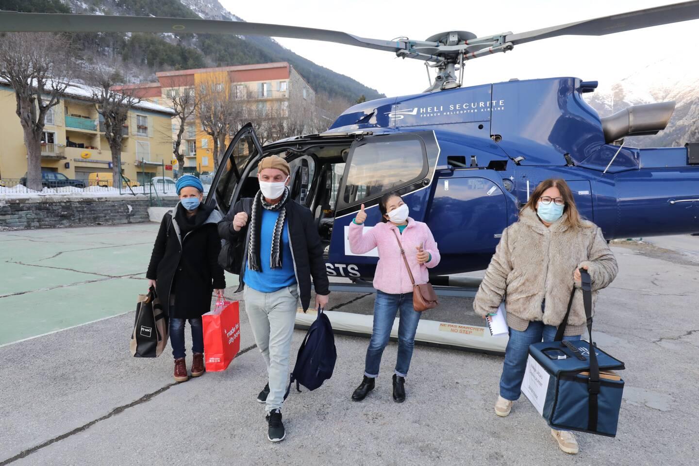 Les passagers débarquent de l'EC-130 de Héli Sécurité, en provenance du littoral.