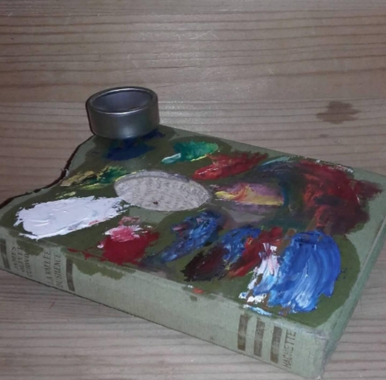 Un livre découpé transformé en palette de peinture.