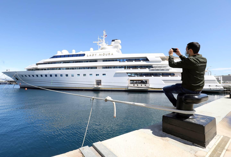 Le Lady Moura est ancré au port Hercule, son port d'attache. Construit en 1990, il est aujourd'hui mis en vente pour la première fois.