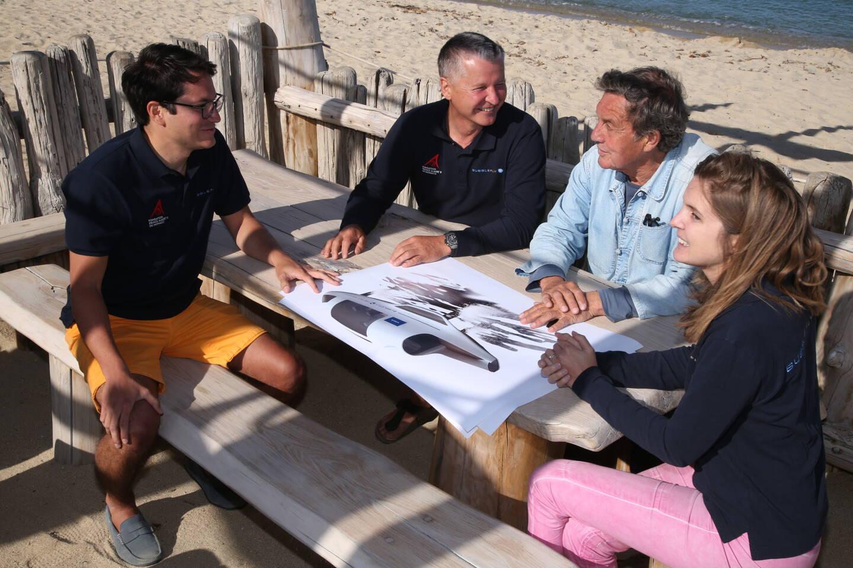 Alain Thébault entouré de ses collaborateurs Maïlys et Gustavo, présente cette semaine son projet à Patrice de Colmont au Club 55 de Ramatuelle.