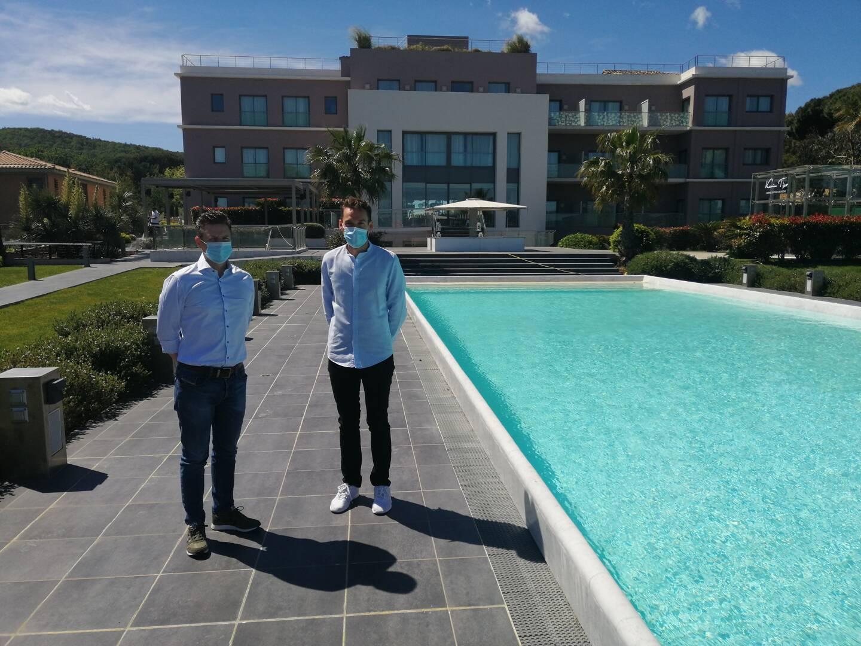 Marc Leveau et Charly Villette à côté de l'une des trois piscines de l'hôtel.
