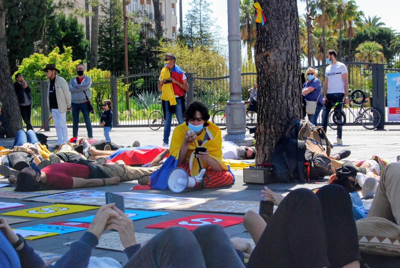 Pour rendre hommage aux personnes tuées et portées disparues, les manifestants se sont allongés. Leurs noms ont été égrainés.