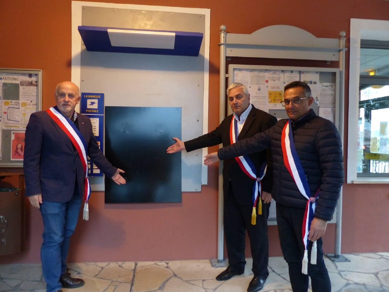 Le maire et ses adjoints, Sylvestre Anselmi et Patrick Ladu, regrettent la suppression du distributeur automatique de billets.