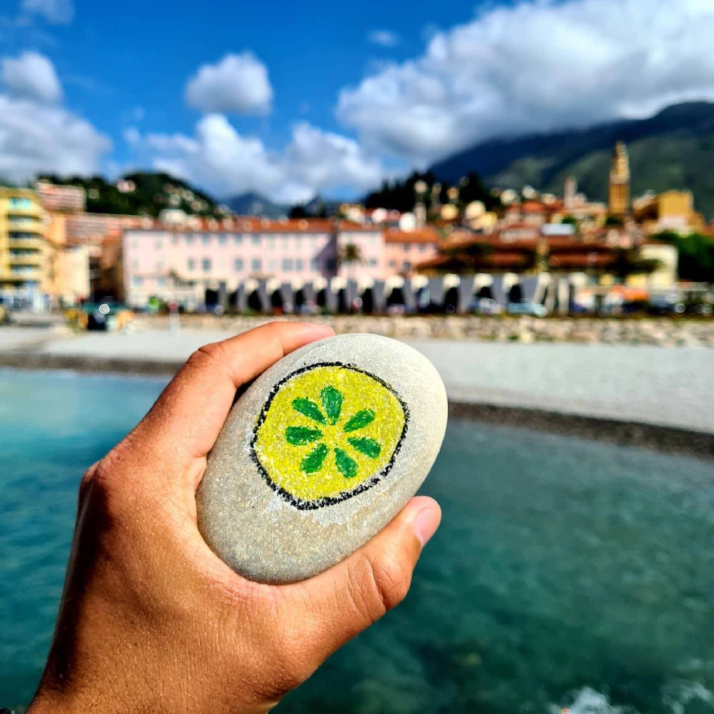 Sur la plage, la brasserie a disséminé 10 galets sur lesquels est peint son logo.