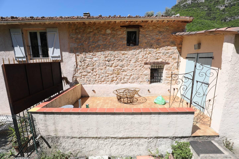 Les habitants de la partie droite de la bâtisse (volets bleus) peuvent profiter de leur terrasse. Problème: ils ont vu sur les petites fenêtres de leurs voisines…