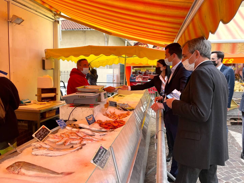 Le candidat à la présidence de la Région en visite au marché de Carnolès, samedi 15 mai. (Photo M. B.)