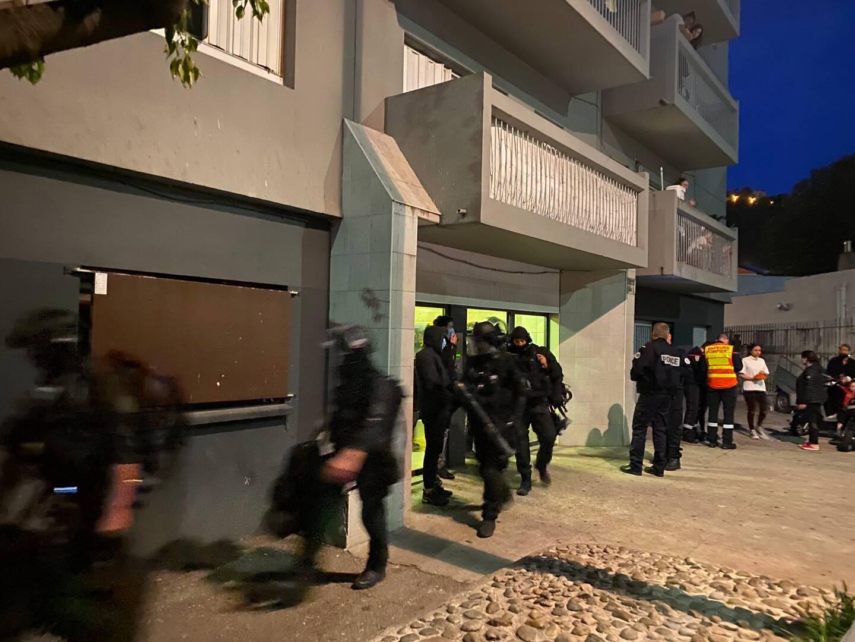 Le Raid sortant de l'immeuble après l'interpellation de la femme qui s'était retranchée dans son appartement.