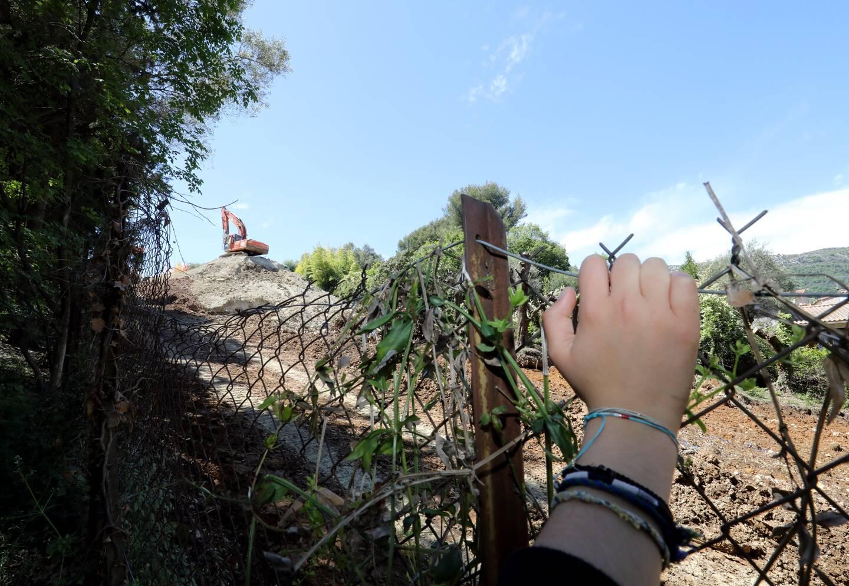 """Au-dessus de chez Nathalie Revaud, chemin de Vosgelade, les oliviers ont été remplacés par des grues. Le terrain devrait voir s'ériger """"quatre immeubles de deux étages""""."""