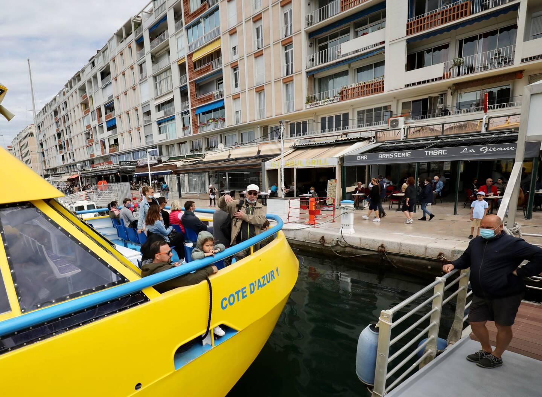 Jaune étincelant, le navire qui fait visiter la rade de Toulon a déjà son petit succès.