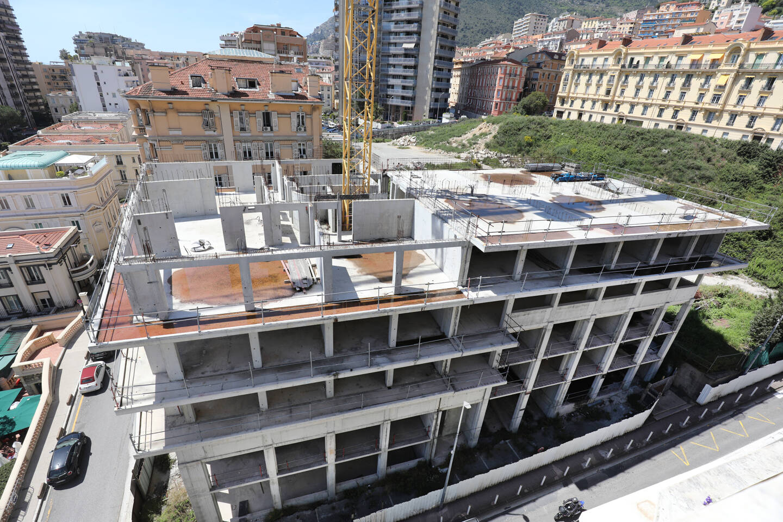À l'angle du terrain, sur l'une des cinq parcelles, une construction demeure inachevée depuis plusieurs années. À cet endroit, il était prévu plus de 300 logements et 1200 places de parking.