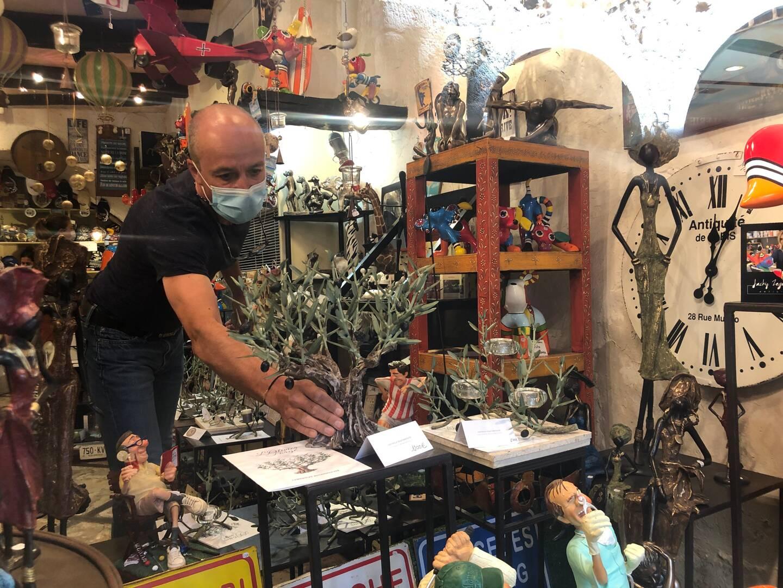 Stéphane, cogérant de la boutique de souvenirs J'aime à du s'adapter à l'absence de clientèle étrangère. Le commerçant a élargi son offre en vendant des objets de décoration.