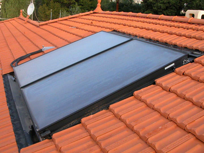 Panneaux photovoltaïques sur une toiture.