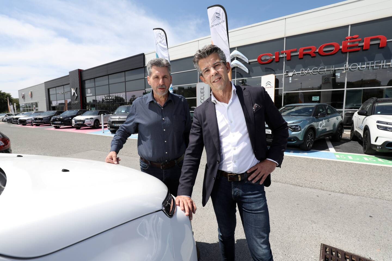 Les cousins Pascal Bacchi (à droite) et Jean-François Bouteille, à la tête de la concession, véritable institution, depuis 1991, cèdent leur garage automobile. En médaillon, leur grand-père, qui l'avait fondé en 1946.
