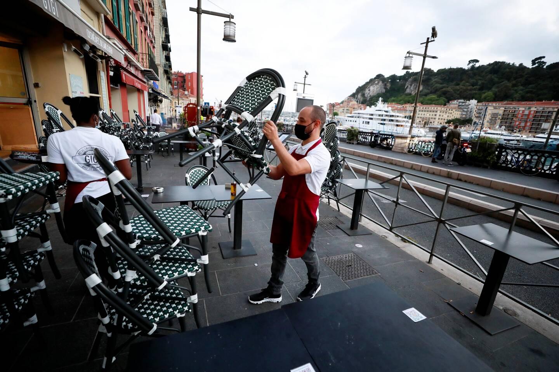 À 21h10, sur le port de Nice, les restaurateurs s'activent pour ranger leurs terrasses.