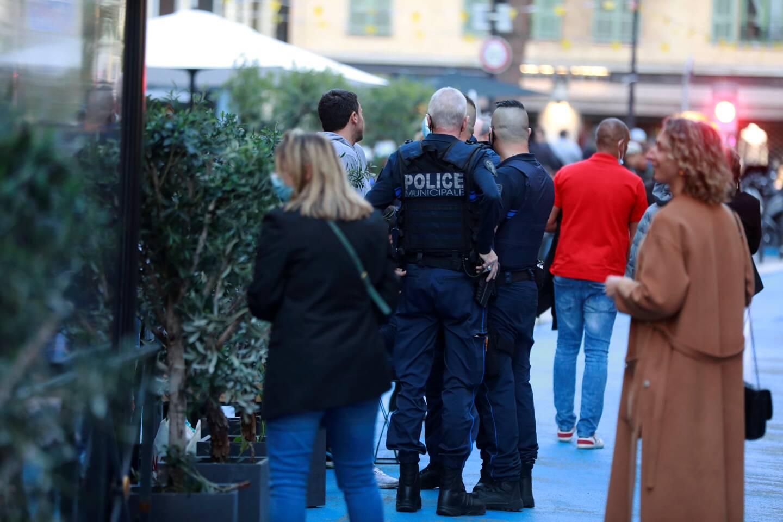 Quinze minutes plus tard, les premiers équipages de police commencent leur tour, vérifient les documents des restaurateurs et regardent si les tables se vident.
