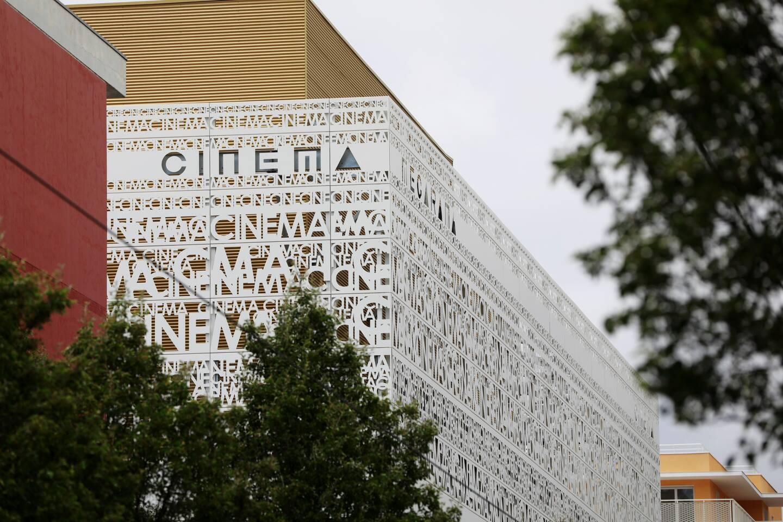 """La façade mettra en scène le mot """"cinéma"""" écrit de mille manières. (Photo Dylan Meiffret)"""
