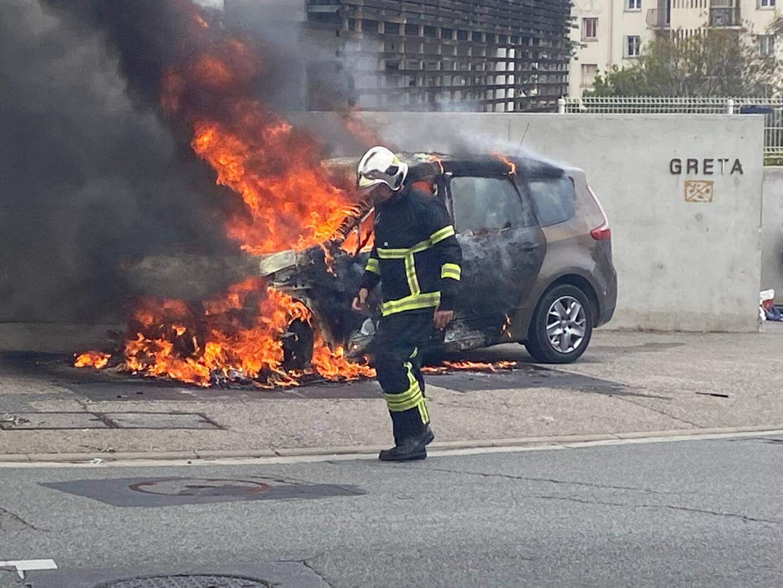 Une voiture a pris feu, ce samedi, sur le boulevard Napoléon III, près du lycée des Eucalyptus. (Photo Reporter mobile / Pierre Schwartz)