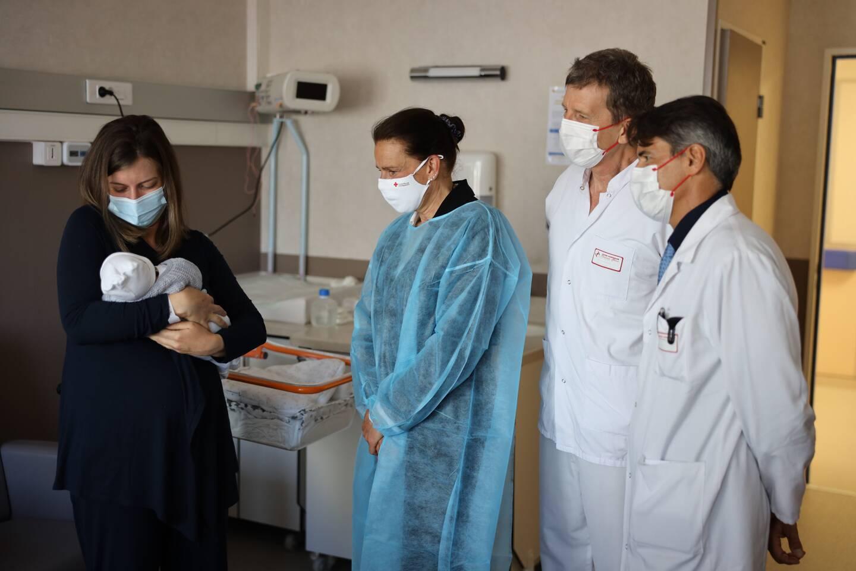 La sœur cadette du souverain a visité le service maternité de l'hôpital, pour venir féliciter les jeunes mamans.