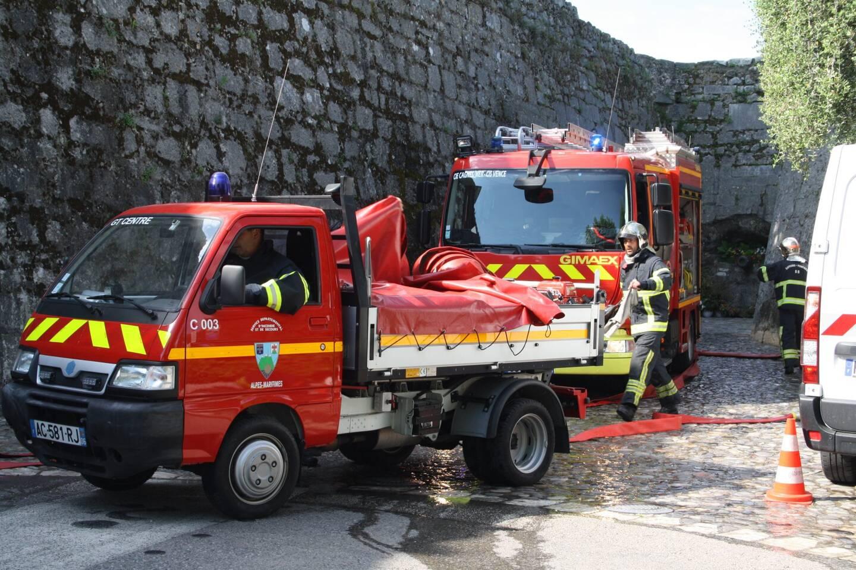 Les sapeurs-pompiers sont en manœuvre. (Photo Fabienne France)