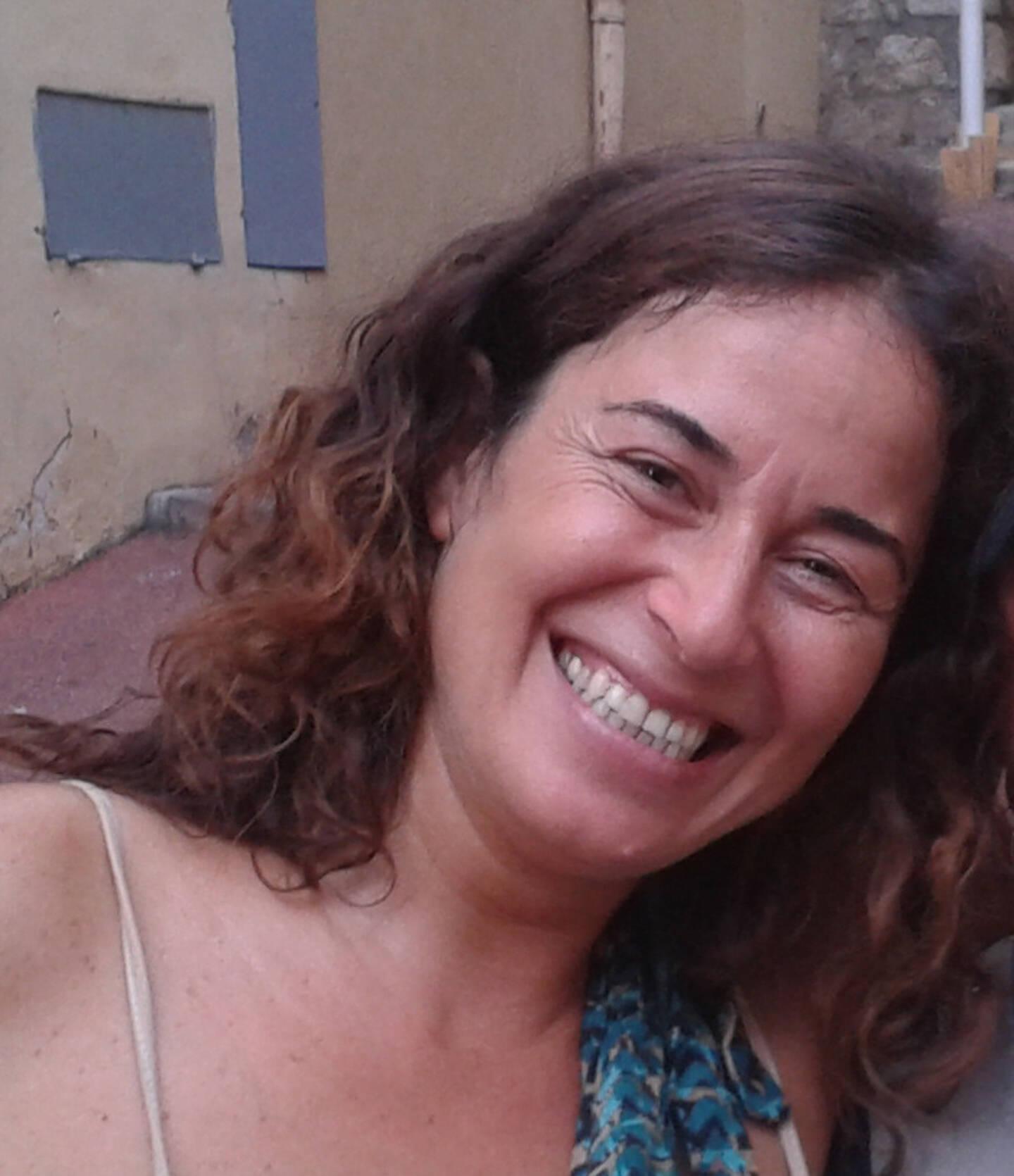 La réfugiée turque, naturalisée française, veut faire entendre la voix des exilées invisibles.