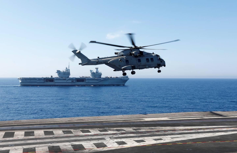 Le HMS Queen Elizabeth, reconnaissable à ses deux îlots, vu depuis le pont du porte-avions Charles-de-Gaulle à l'occasion de l'exercice Gallic Strike.