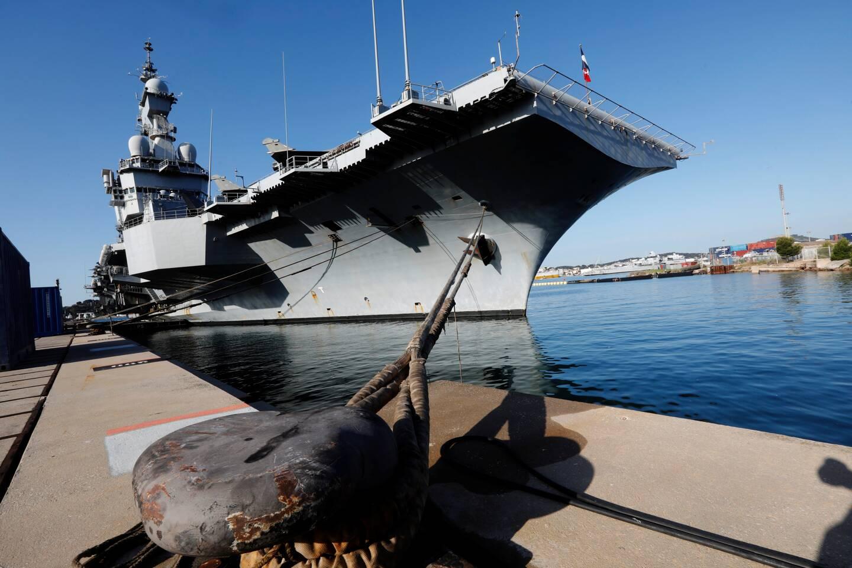 Après presque quatre mois de mission, le porte-avions Charles-de-Gaulle s'est amarré hier matin à son appontement de Milhaud 6 dans la base navale de Toulon. Un retour d'à peine quelques heures puisque le navire de guerre a repris la mer dans l'après-midi pour une campagne de qualification des jeunes pilotes. (Photo Frank Muller)