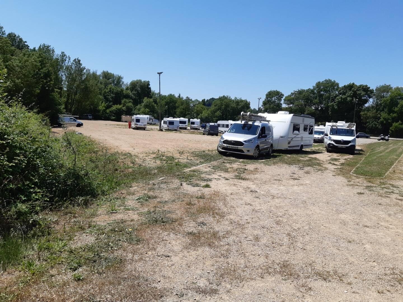 La vingtaine de caravanes installée à Châteauneuf de Grasse depuis vendredi soir.