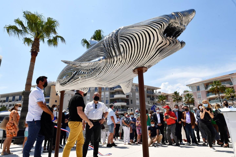 Trois sculptures de Steve Chaudanson habillent l'entrée de l'îlot de Port Fréjus. Un requin gris, une torture dorée ainsi qu'un hippocampe bleu.