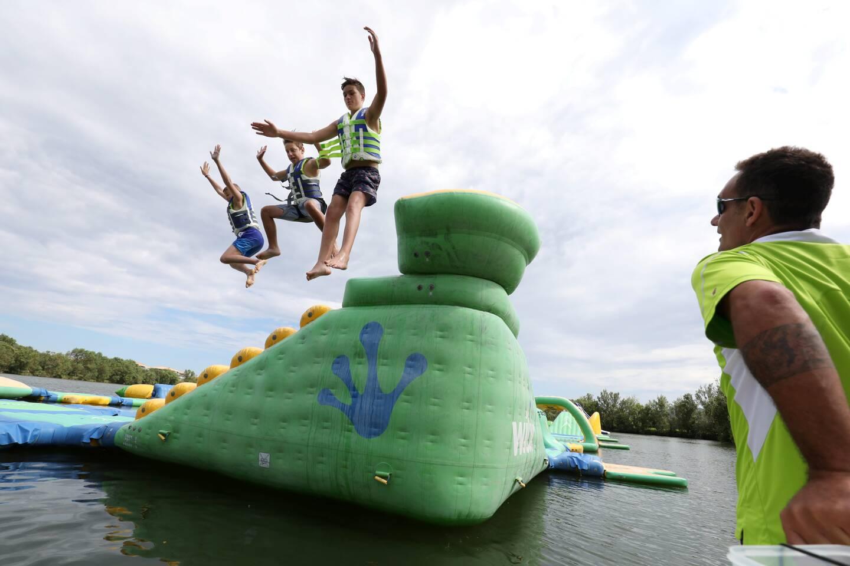 Cascades et fous rires reprennent sur les modules gonflables du lac de la Gaudrade. Les gérants espèrent connaître un bel été...