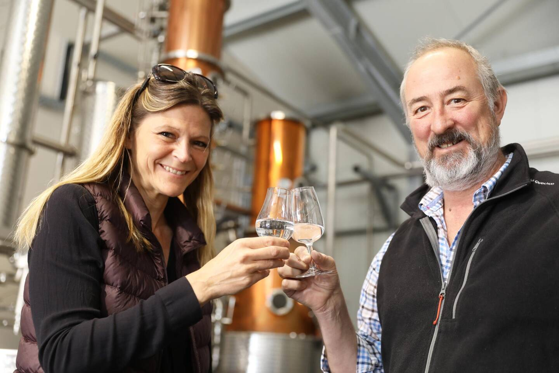 Anna et Justin Matterson ont quitté l'Afrique pour produire un gin provençal d'exception, le QVT, à Cotignac. (Photo I. R.)